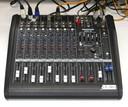 Mackie DFX-12: recebe o sinal dos microfones e outras fontes de áudio.